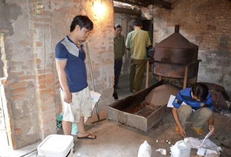 Cơ quan chức năng bắt một cơ sở sản xuất cà phê dỏm. Ảnh: Internet