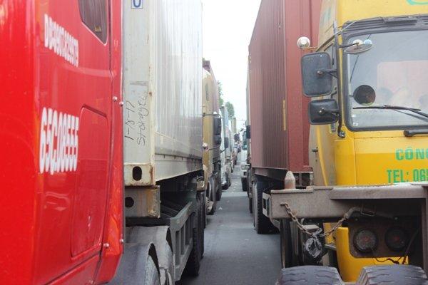 Hàng ngàn phương tiện rồng rắn trên đường, nhích từng mét rất khó khăn.