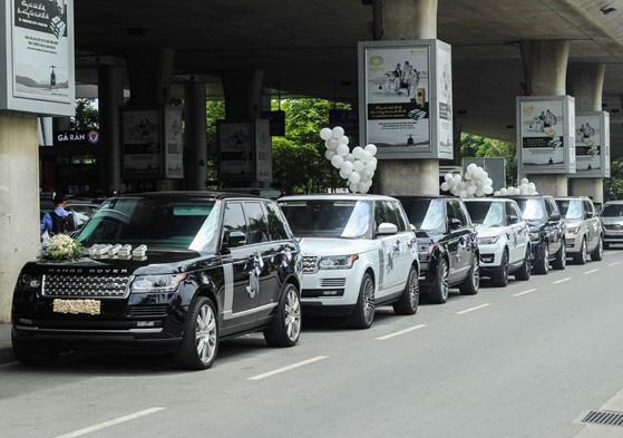 Đây là 5 chiếc xe sang Land Rover mà Minh Nhựa dùng để đi đón vợ ở sân bay. Tổng giá trị khoảng 60 tỷ đồng.