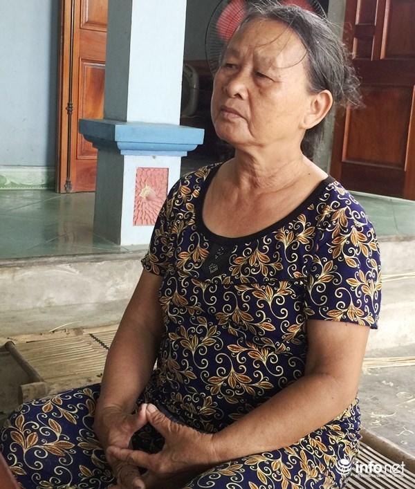 Bà Nguyễn Thị Tứ, xã Phù Việt, Thạch Hà buồn rầu khi toàn bộ 6 sào Thiên Ưu 8 mất trắng. Lo lắng của bà lúc này là lựa chọn giống cho vụ Hè Thu sắp tới (Ảnh: T.Hoa)