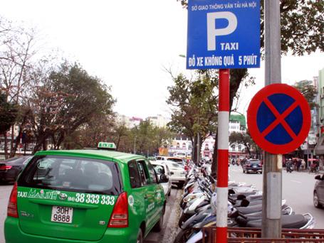 Hiện nay, tình trạng các bãi đỗ xe ở Hà Nội đang tồn tại rất nhiều bất cập.