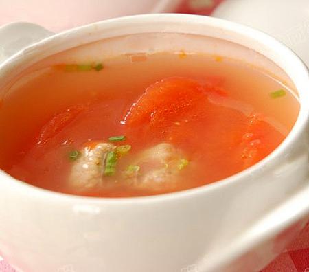 Canh cà chua được coi là lựa chọn hàng đầu cho những bữa ăn ngày hè. (Ảnh minh họa).