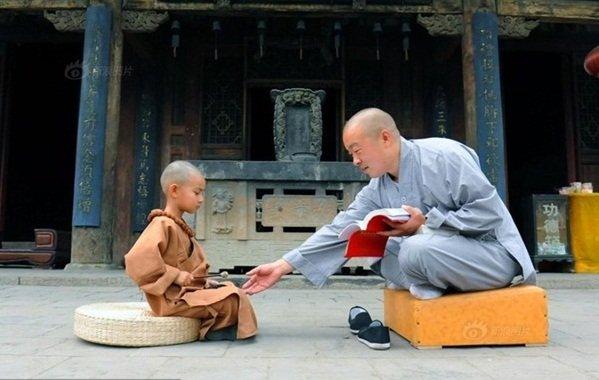 Tiểu hòa thượng đã thu nhận được bài học làm người quý giá sau 3 lần mang đá đi rao bán (Ảnh minh họa)