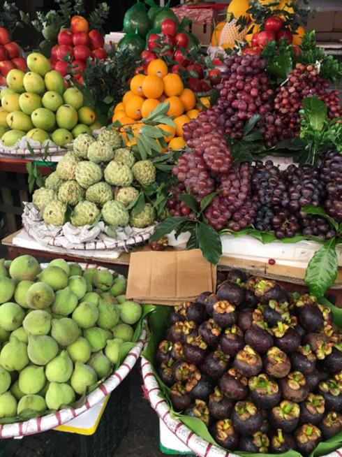 Một sạp hoa quả ở chợ Đại Từ, Hà Nội có bán khá nhiều nho.