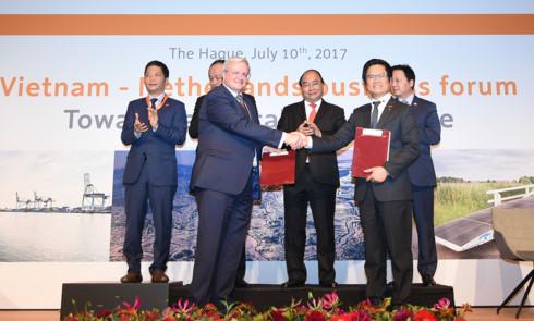 Thủ tướng chứng kiến lễ trao thỏa thuận hợp tác giữa một số doanh nghiệp hai nước.