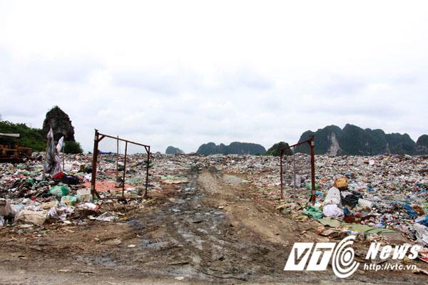 Bãi rác khổng lồ này là nơi tập kết rác thải của 18 xã, thị trấn trên địa bàn huyện Thủy Nguyên từ năm 2012 đến nay.