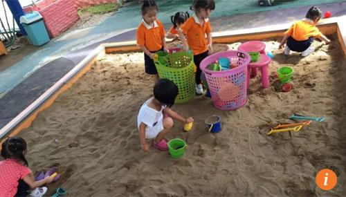 Cha mẹ giàu Trung Quốc không hài lòng với nền giáo dục đặt nặng điểm số ở quê nhà.