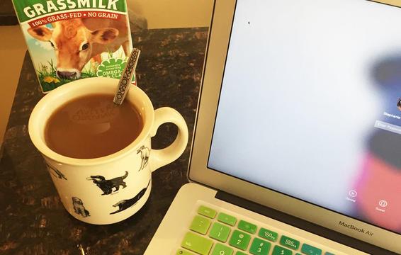Cô gái quyết tâm giảm cà phê và thay bằng nước hầm xương để điều chỉnh sức khỏe tốt hơn.
