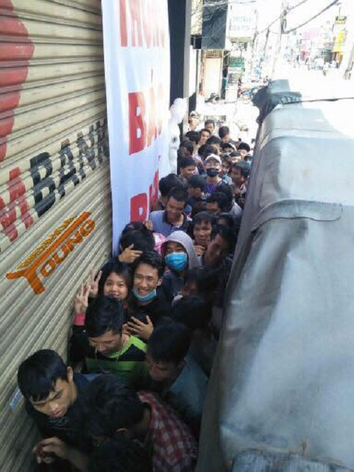 Hàng trăm người dân chen lấn, trực sẵn trước cửa hàng.