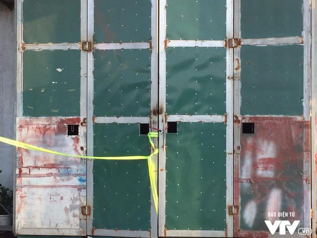 Cánh cửa xưởng sản xuất bánh kẹo bị hỏa hoạn được khóa kín để phục vụ cho công tác điều tra