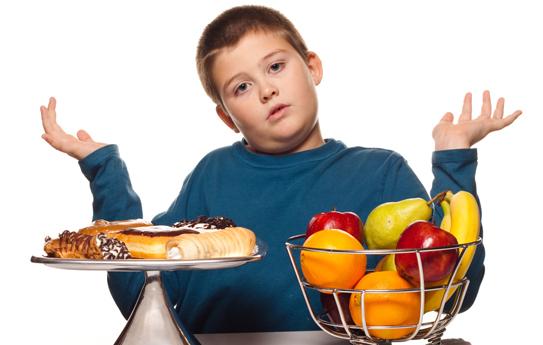 Ăn quá no là thói quen lợi bất cập hại đối với cơ thể của trẻ em. (Ảnh minh họa).