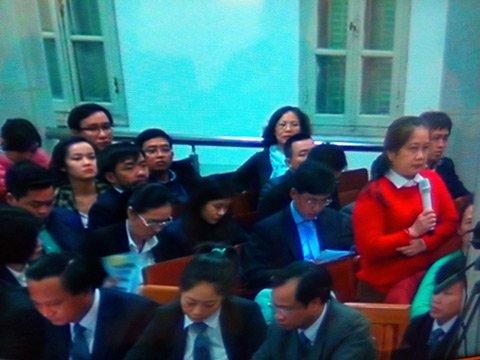 Luật sư Ngô Kim Lan (áo đỏ) tại phiên tòa sơ thẩm.