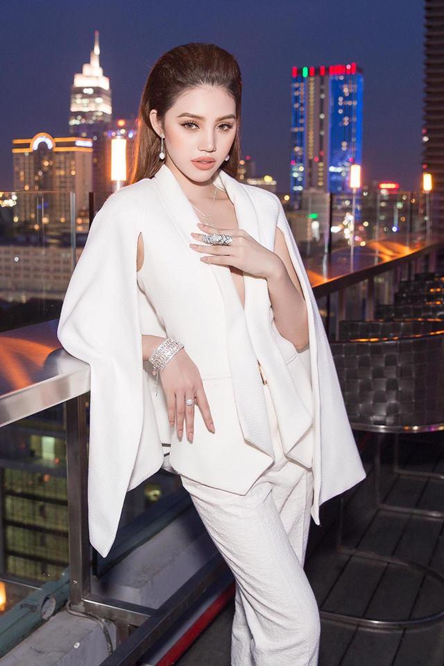 Vẻ ngoài xinh đẹp của Jolie Nguyễn làm bao người ngưỡng mộ.