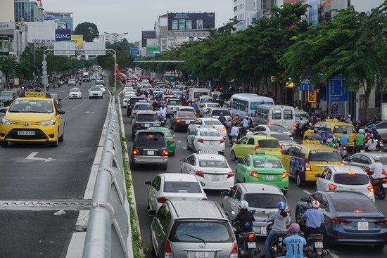 Dù có cầu vượt mới đưa vào sử dụng nhưng khu vực Tân Sân Nhất vẫn ùn tắc, kẹt xe