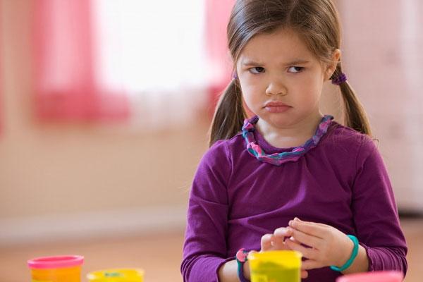 Hãy dạy trẻ nói ra cảm xúc của mình và tìm cách vượt qua nó (Ảnh minh họa).