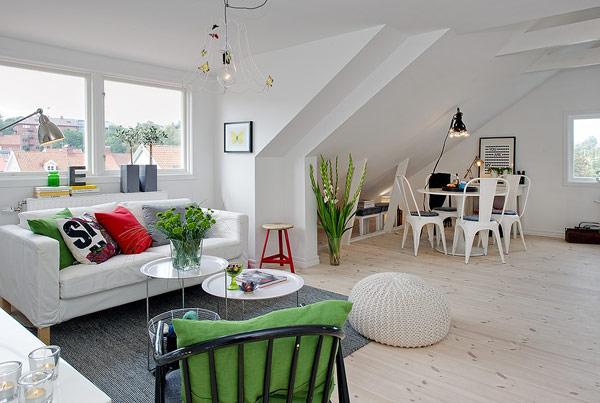 Phòng khách được thiết kế làm khu vực trung tâm của căn hộ. Bộ sofa màu trắng được ưu ái đặt một vị trí sáng nhất và đẹp nhất cạnh cửa sổ.