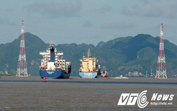 Theo nhận định, rất có thể do tàu biển lớn qua lại đã va chạm vào đường dây dẫn đến sự cố nêu trên