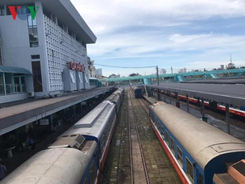 Mỗi ngày ga Hà Nội có hàng trăm chuyến tàu với lưu lượng hàng nghìn khách xuôi Nam, ngược Bắc.