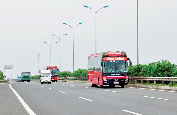 Cao tốc Cầu Giẽ - Ninh Bình là thành phần trong dự án cao tốc Bắc - Nam - Ảnh: Tạ TônDự án đầu tư xây dựng cao tốc Bắc - Nam phía Đông dài 1.372km được chia thành 20 dự án thành phần. Trong đó, giai đoạn 1 (2017-2025), ưu tiên đầu tư xây dựng trước 713km (2017 - 2020) với tổng mức đầu tư khoảng 130.216 tỷ đồng, gồm phần vốn Nhà nước hỗ trợ 55.000 tỷ đồng và vốn nhà đầu tư khoảng 63.716 tỷ đồng.
