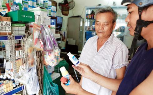 Thuốc diệt muỗi được nhiều người tìm mua.
