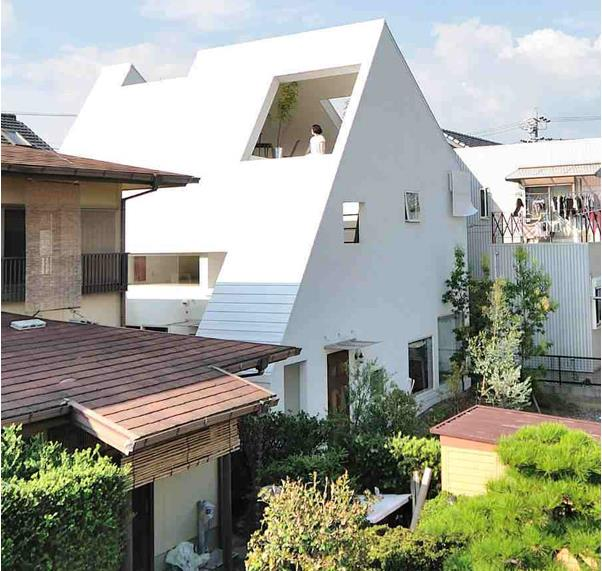 Căn nhà nhỏ với thiết kế vô cùng lạ mắt nằm yên bình trong khu dân cư.