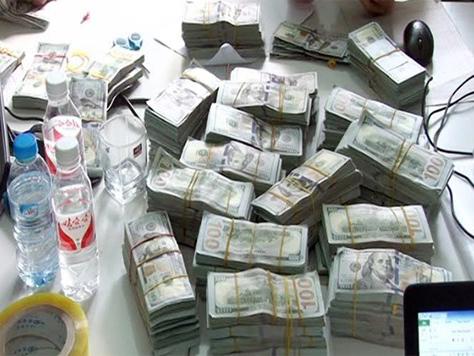 Gần 1 triệu USD được buộc thành từng cọc