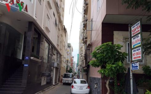 Một hẻm nhỏ trên đường Dương Đình Nghệ cõng hàng chục khách sạn.