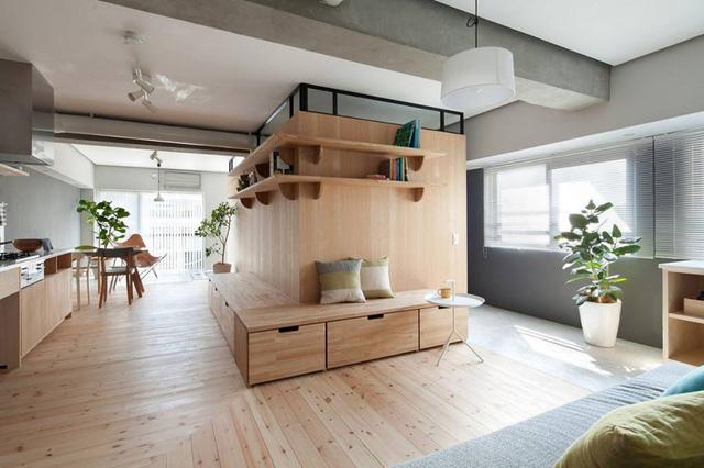 Căn hộ nhỏ này là của một gia đình trẻ người Nhật. Với diện tích chỉ vẻn vẹn 64m2 nhưng khi bước vào bên trong người xem phải giật mình bởi không gian vô cùng thoáng đãng, gọn gàng và sạch sẽ.