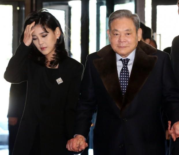 Lee Boo-jin nhiều lần xuất hiện bên người cha quyền lực
