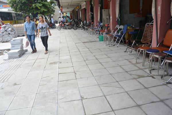Một đoạn vỉa hè trên đường Nguyễn Trãi sắp hoàn thành lát đá