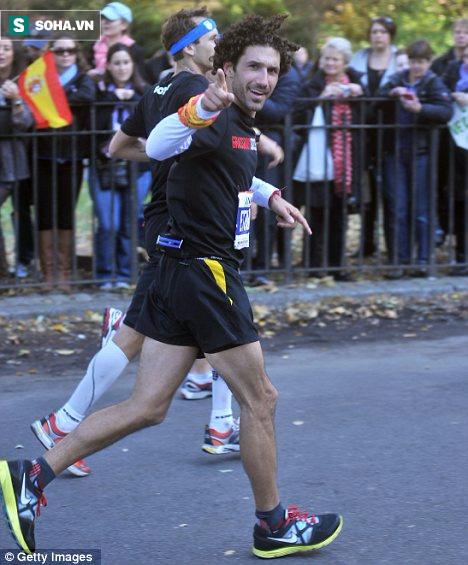 Zohn đã hoàn thành cuộc đua 26,2 dặm (42,1 km) trong 4 giờ 20 phút 46 giây.
