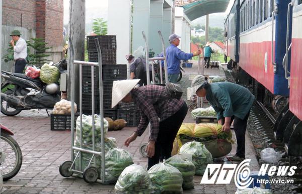 Ga Hạ Long mỗi ngày chỉ phục vụ 1 chuyến tàu đi - đến, khách đi tàu chủ yếu là người buôn bán hàng nông sản.
