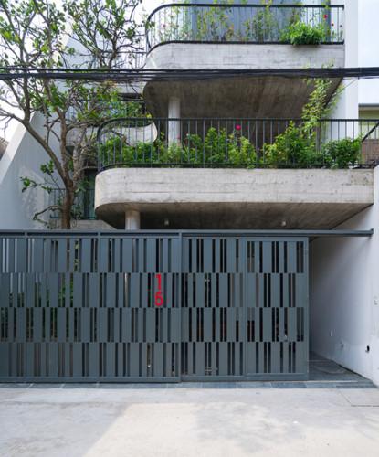 Ngôi nhà ống 4 tầng với những mảnh vườn xanh mát nằm trong một khu dân cư cũ của thành phố Vinh (Nghệ An).
