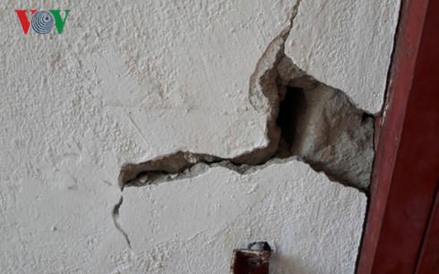  Tường nhà A3 khu chung cư đầu tuyến Sơn Trà Điện Ngọc bị nứt toắc.