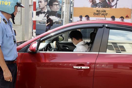 Thanh tra Sở Giao thông Vận tải TP HCM kiểm tra xe hợp đồng tham gia kinh doanh vận tải hành khách thông qua phần mềm Uber tại TP HCM