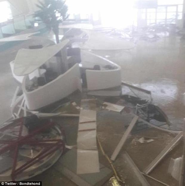 Những phiến đá lớn bắn văng vào thân máy bay, các công trình bị gió thổi đổ vỡ ngổn ngang.