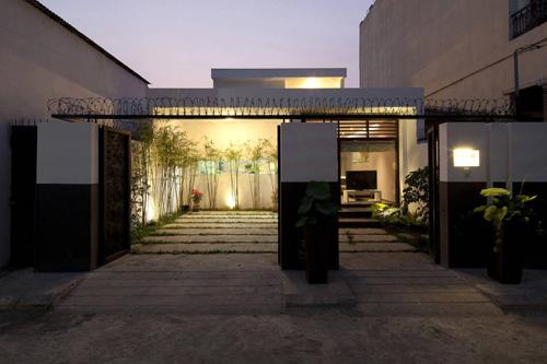 Khối nhà đầu tiên nằm ở phía trước bao gồm lối vào, phòng khách và phòng bếp.