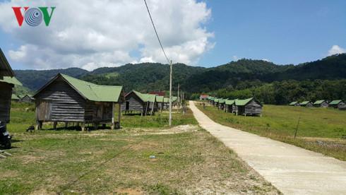 Người dân ở những ngôi làng tái định cư đang từng ngày đối mặt với khó khăn.