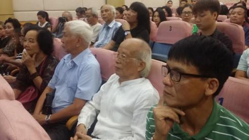 NSƯT-Đạo diễn Xuân Sơn. (Áo trắng)