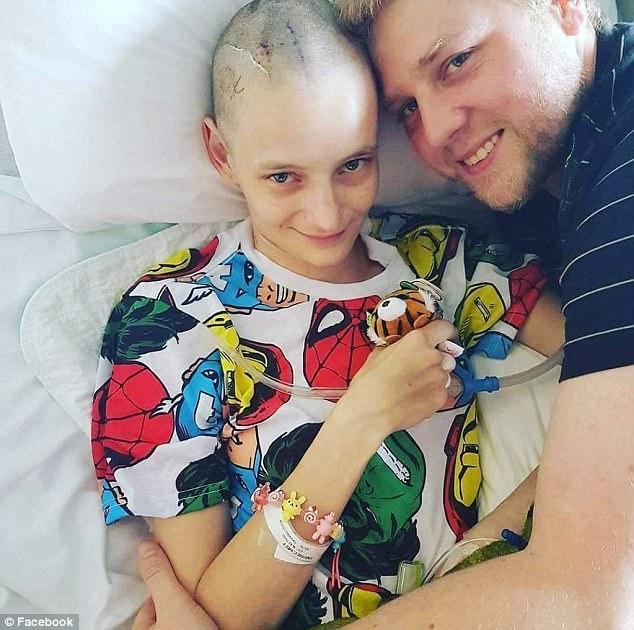 Carly White (trái) chụp với chồng cô Nathanael (phải) sau khi cô được tiến hành một cuộc giải phẫu não giúp ổn định cuộc sống của cô sau cú đột quỵ não.