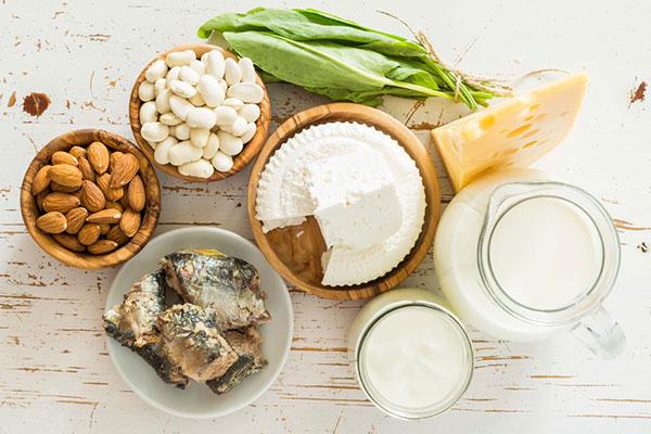 Khi lượng sắt quá nhiều, bổ sung canxi như trứng và sữa vào chế độ dinh dưỡng có thể mang lại lợi ích khá nhiều cho bạn.