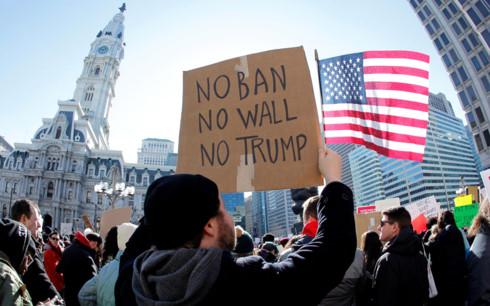 Người biểu tình phản đối lệnh cấm nhập cảnh của Tổng thống Mỹ Donald Trump. Ảnh: Reuters.