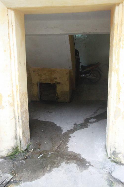 Lối vào hành lang nước chảy lênh láng...