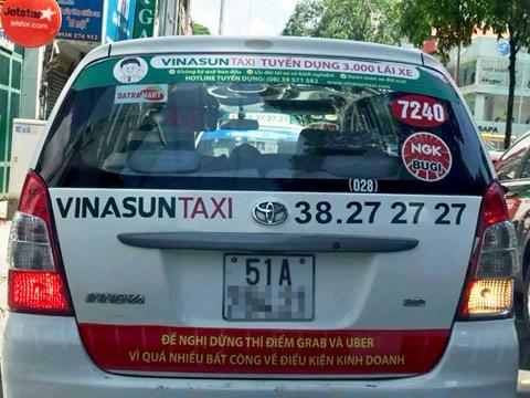 Decan với dòng chữ được nhiều người cho là phản cảm dán sau xe taxi của hãng Vinasun.