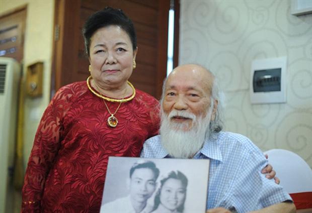 Thầy Văn Như Cương tình cảm bên người vợ của mình. Nguồn ảnh: Internet