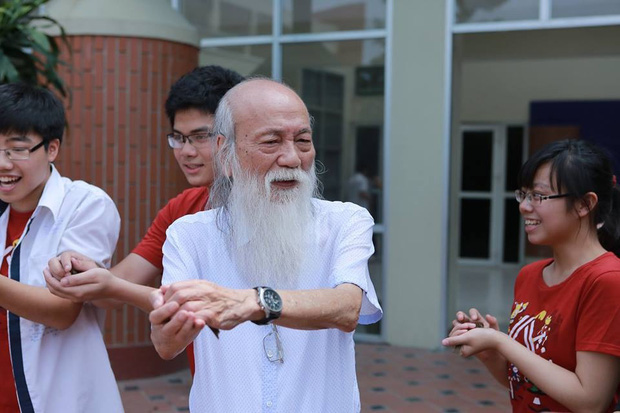 Thầy Văn Như Cương bên những người học trò của mình