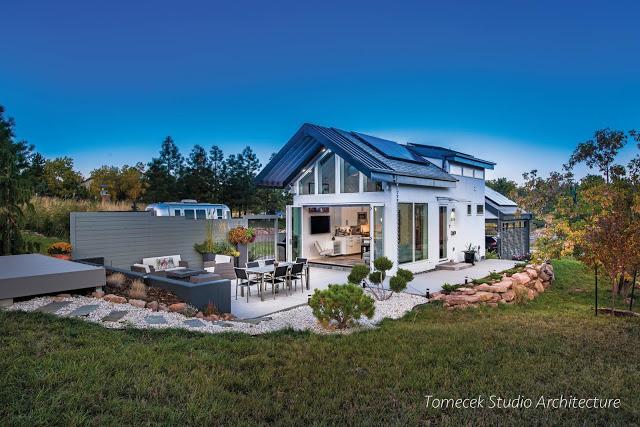 Với diện tích trong lòng nhà chỉ 47m2, ngôi nhà nhỏ với tông màu trắng nổi bật giữa bao quanh là cỏ cây hoa lá.