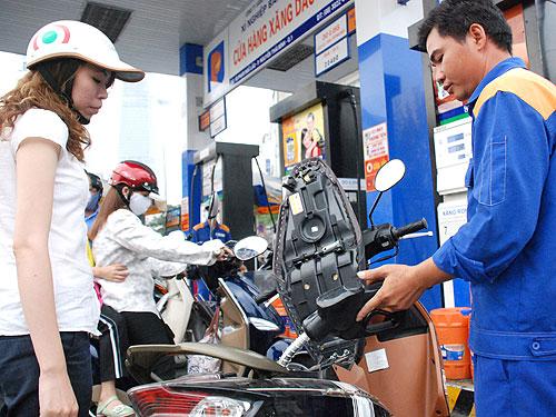 Mức thuế để tính giá bán xăng dầu đang lộ sự bất cập.