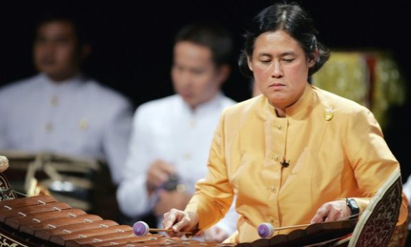 Bà có thể sử dụng thành thạo nhiều loại nhạc cụ khác nhau.
