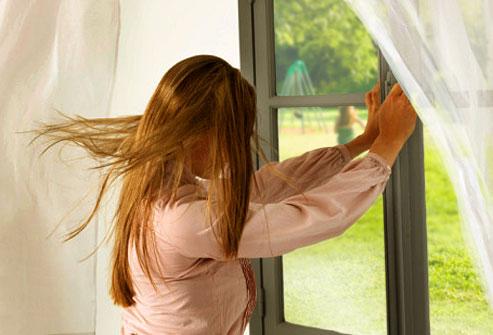 Đóng kín hết cửa sổ để bảo đảm sàn gỗ không bị ngấm nước mưa.